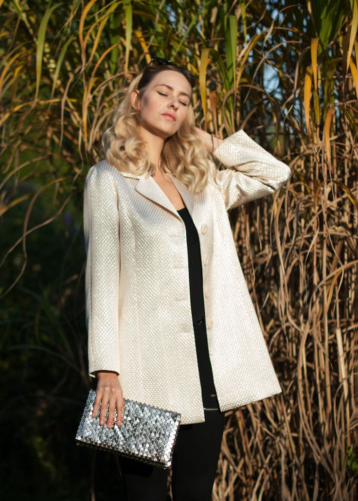 Golden, jaquard jacket looking great on a sunny afternoon! #gold #golden #jaquard #jacket #coat #zloty #plaszcz #kurtka #zakard #sunnyday #sequin #clutchbag