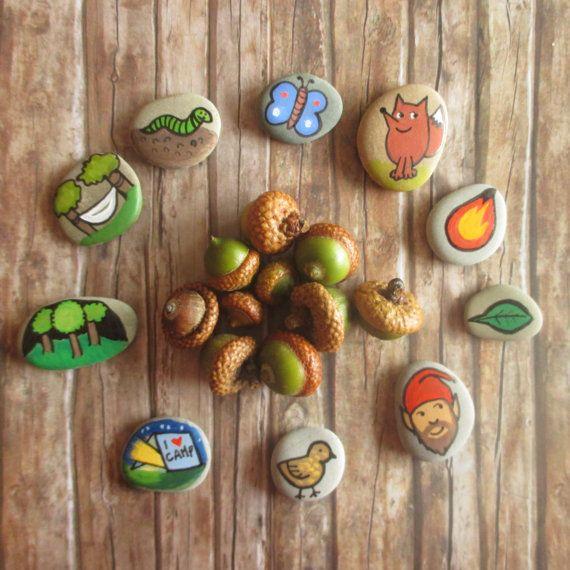 10 pierres histoire main peinte par Claudia Nanni Fine Art. Jeu des contes sur le thème du camping. Cadeau de Noël pour les enfants - jeu de voyage