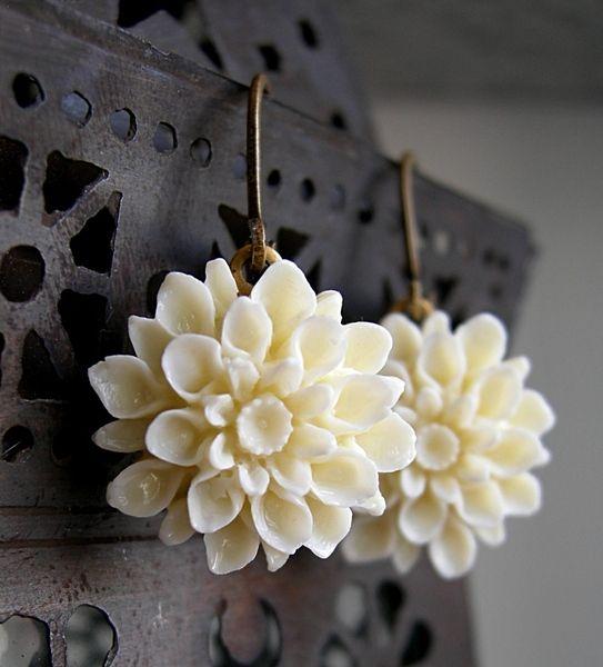 * Die Blüten sind von DaWanda für das Lovebook Winter 2011/2012 ausgewählt worden (S. 101) - vielen Dank!*    Detailliert gearbeitete *Kunststoff*-Blü