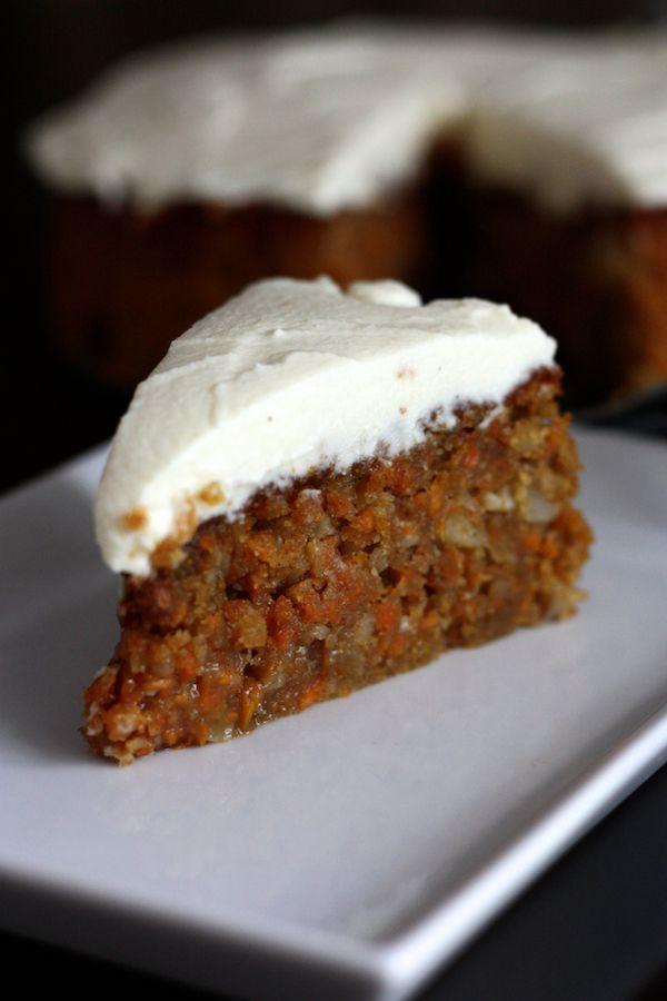 Après un déménagement et tous les périples qui l'accompagnent, je fête mon retour sur le blog avec une délicieuse recette de gâteau aux carottes. Fondant, croquant, gourmand et original! Merci à Guillemette pour la recette dont je me suis inspirée, tirée de ce livre sacré :-)
