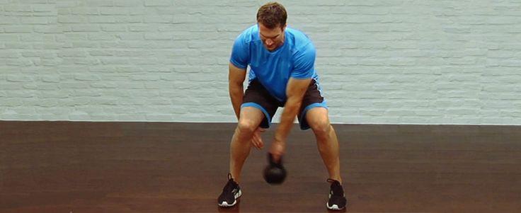 """entreno con kettlebell Este enloquecido ejercicio tiene grandes beneficios para tu tronco. """"Es una excelente manera de entrenar los músculos que estabilizan la columna vertebral"""", dice Jack."""