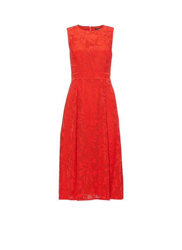 Deze rode kanten jurk van Warehouse is voorzien van speelse applicaties. Verder bevat het mouwloze A-lijn model een ronde hals, een geplooide rok en een opvallende metaalkleurige rits aan de achterzijde. De elegante midi-jurk is daarbij geheel gevoerd voor optimaal draagcomfort.