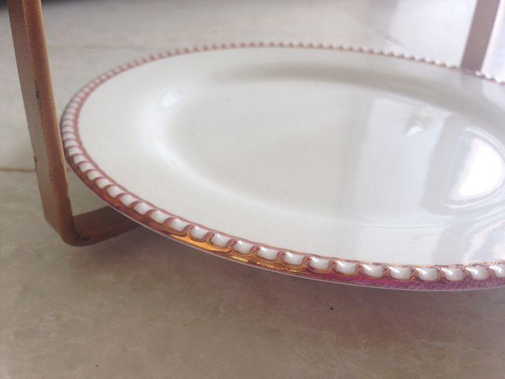 Base redonda blanca con borde en bronce Platicero Mini Angie Oh! Continua viendo el diseño completo aquí!. Ideal para decorar cualquier espacio. Info por whatsapp 3152227007