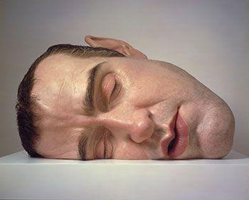 Ron Mueck: Mask II (2002). Sekatekniikka, 77 x 118 x 85 cm. Yksityiskokoelma. © Ron Mueck