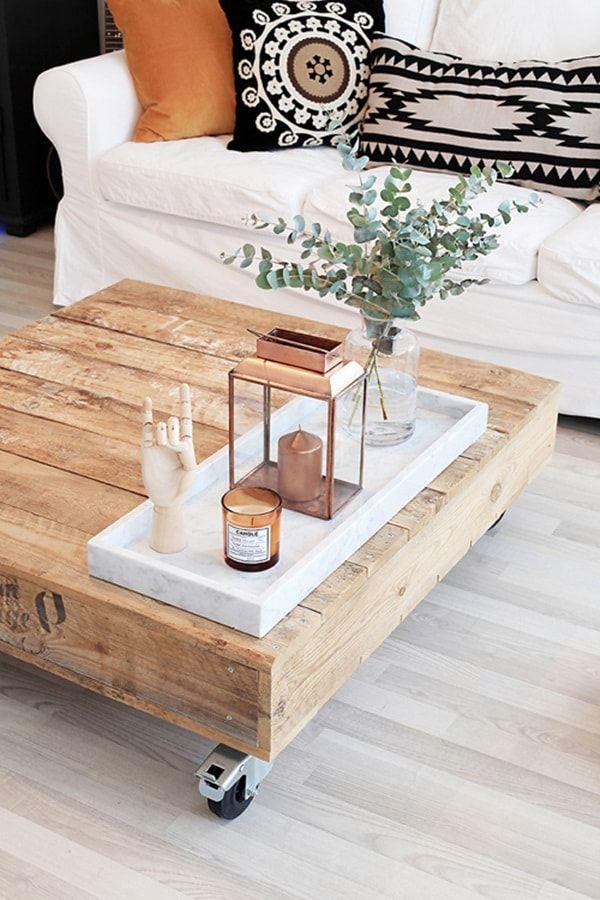 Mesa hecha con palets en salón nórdico bohemio