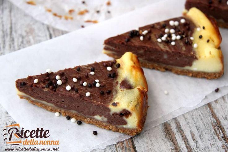 Una cheesecake variegata al cioccolato che reinterpreta la classica ricetta degli Stati Uniti.