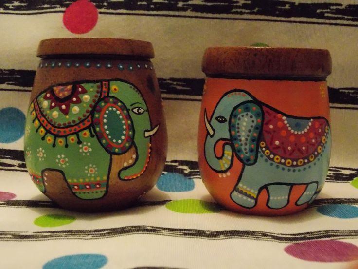 Mates pintados a mano. Diseño elefantes colores deco
