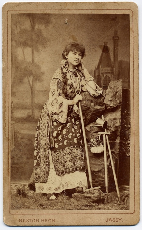 Woman in folk costume from Iasi, in the Romanian region of Moldavia.    http://25.media.tumblr.com/tumblr_lzz44g9zvD1r0l86lo1_500.jpg