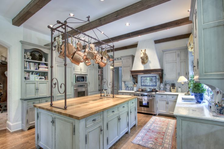 Last year, in the April issue of Veranda, a spectacularly charming and very french house was featured. I loved that house... LOVED!  Imagin...
