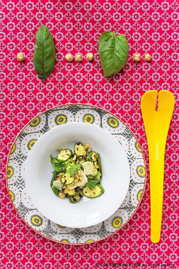 Zucchine, grana, basilico e nocciole tostate in insalata
