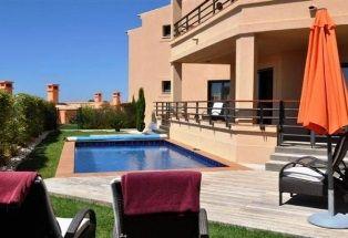 Rare opportunity in popular Praia da Luz.. http://pt.meravista.com/en/property-lagos-algarve-portugal/apartment-praia-da-luz-38656
