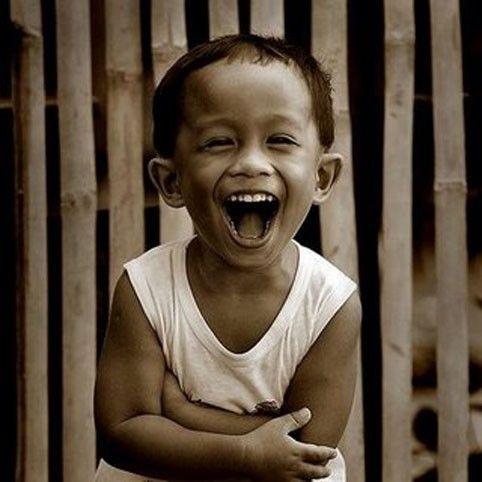 La risata, il divertimento liberatorio sta proprio nello scoprire che il contrario sta in piedi meglio del luogo comune, anzi è più vero o, almeno, più credibile. Dario Fo