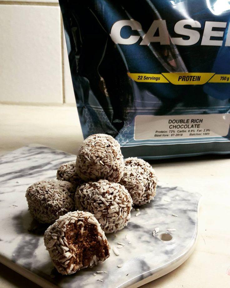Se det här fotot av @muskelfoder på Instagram • Proteinbollar chokladbollar på keso och casein från @mmsports  220 kalorier och 23 gram protein #muskelmat #bodyscience #arla  Recept  mixa 125g keso, blanda med 10 gram casein och 10 gram carobpulver/kakaopulver. Rulla till bollar med två små skedar och rulla i 10 gram kokos!