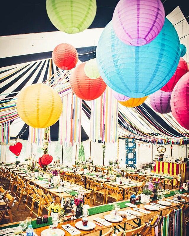 Happy colours! Lamoionnen in allerlei vrolijke kleuren! Super sfeervol. Creëer een vintage festival sfeertje.   #lampion #vintage #festival #wedding #weddingideas #weddinginspiration #decoratie #styling #events #eventstyling #trouwen #trouwinspiratie #party #paperlanterns #aankleding vintage wedding decoration Wedding Ideas Trouwinspiratie Bruiloftsversiering Papieren lantaarn Lanternes  Diy wedding Bohemian wedding Marriage Ideas