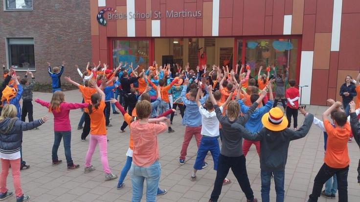 Silvie van dansschool Jazzyl leert de midden- en bovenbouw op BredeSchool Martinus in Oud-Zevenaar (gemeente Zevenaar) een dans op vrijdag 26 april 2013 tijdens de Koningsspelen.