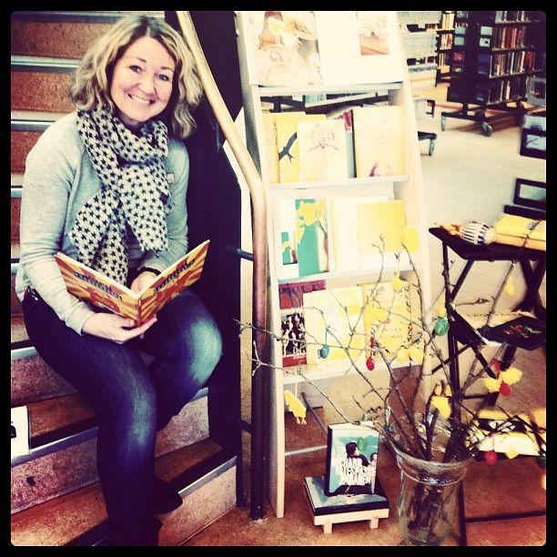 "@sandefjordbibliotek's photo: ""#påskebøker #lene #mittbibliotek #sandefjordbibliotek #bøker #yellow #happy"""