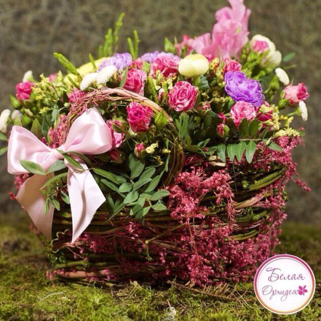 Очаровательная композиция из кустовых роз, кустовых гвоздик, латируса, брунии и зелени