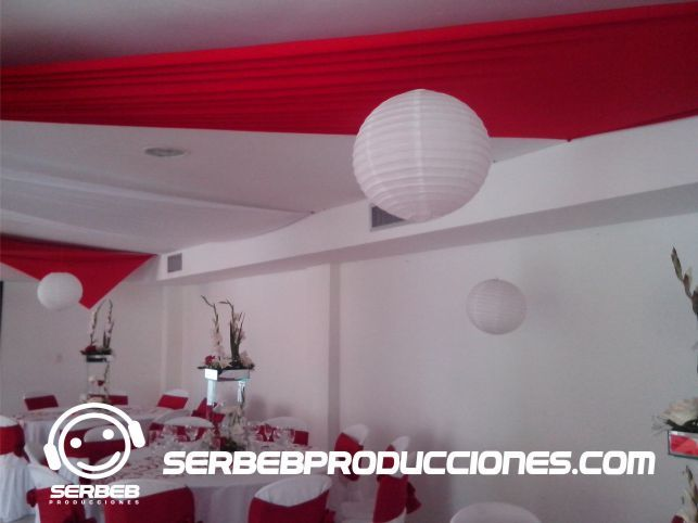 Globos Chinos Sí deseas ver todas las fotos de esta decoración, Haz clic aquí http://serbebproducciones.com/index.php/decoraciones-de-eventos/decoraciones-para-bodas/46-decoracion-rojo-con-blanco/173-mesas-decoradas.html