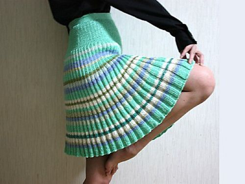 Knit and crochet skirts are on trend for this Fall and Winter! I've found 10 free knit and crochet skirt patterns that are sure to heat up your wardrobe!