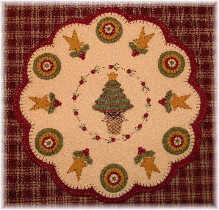 . ♥.♥.♥.♥.♥.♥.♥.♥. ELIJA PATRÓN DE PAPEL O DIGITAL. ♥.♥.♥.♥.♥.♥.♥.♥. Dos juegos para elegir! Esta es una Navidad tan hermoso para tu cocina o comedor! Fácil de hacer usando nuestros kits de lanas. Este kit contiene todos lo Merino mezcla de lana de fieltro, necesitará completar este hermoso botín de silla *** OR *** la estera de w/un práctico de Costa/mini vela Mat. Si desea más posavasos/mini esteras, contacte con nosotros para precios. El botín de la silla mide 6 1/2 e...