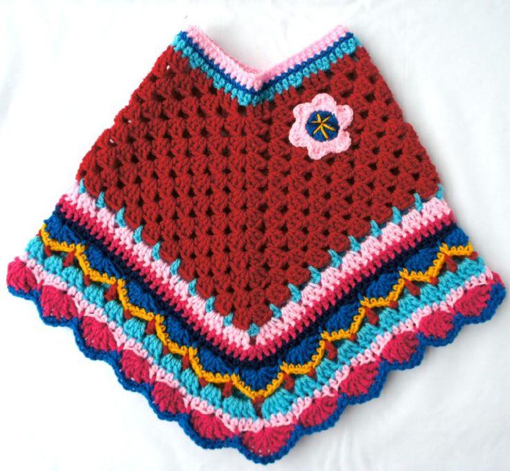Rode poncho met gekleurde rand maat M