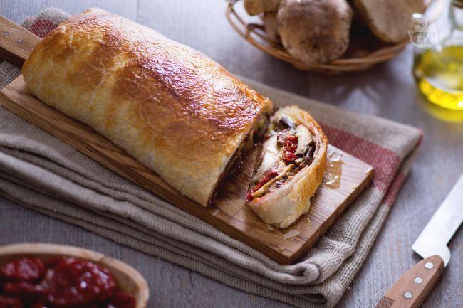 Un antipasto autunnale, saporito e da preparare in anticipo? Il rotolo porcini e prosciutto: un rotolo di pasta sfoglia con un ripieno goloso!