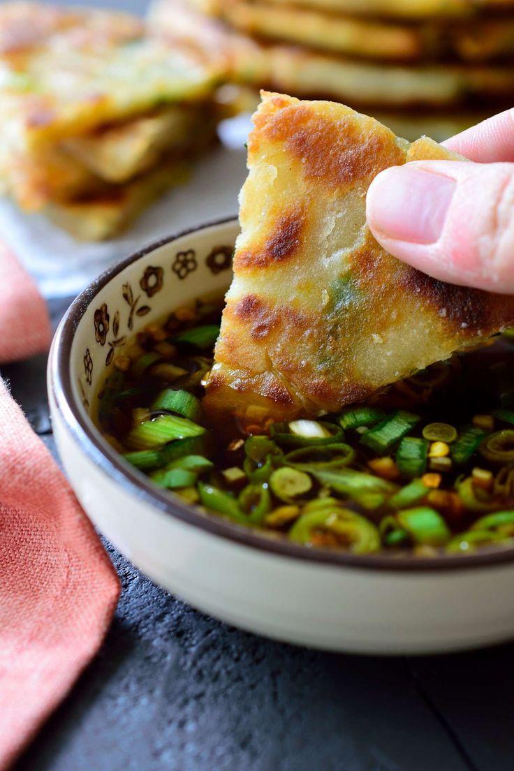 Las tortitas veganas de cebolleta llevan pocos ingredientes pero están llenas de sabor. Van de lujo servidas de entrante o como acompañamiento.