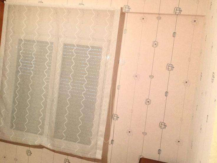 Papel pintado y cortina instalada en una habitación juvenil
