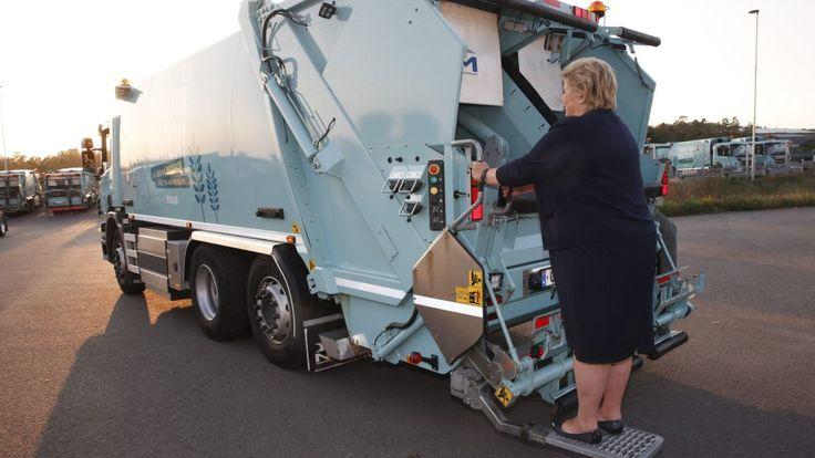 SØPPELDAME: Statsminister Erna Solberg fikk stå bak på en søppelbil som kjører på biogass under åpningen av fabrikken Greve Biogass på Sem i Tønsberg forrige uke. Foto: Terje Bendiksby / NTB scanpix