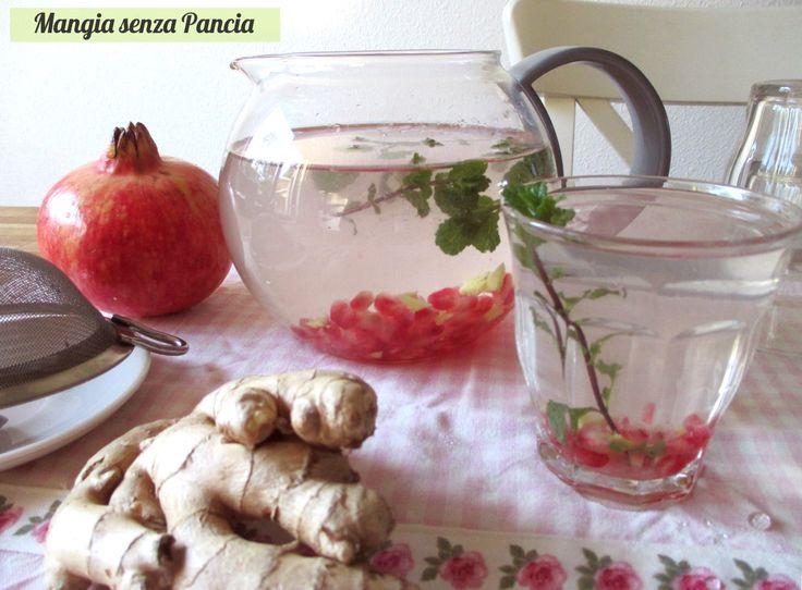 Bevanda depurativa melagrana, zenzero e menta: una bevanda colorata e buona che aiuta a bere e che ha tante proprietà salutari.