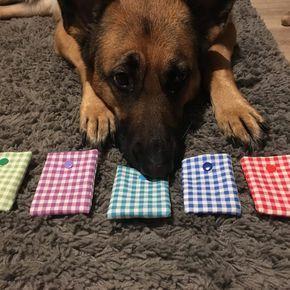 """Dank einer lieben Kundin sind wir auf das Spiel """"Schnüffelmemory"""", auch bekannt unter Geruchsmemory aufmerksam geworden und ich muss direkt sagen: wir lieben es. Beim Schnüffelmemory geht es darum, dass der Hund einen Musterduft aus verschiedenen Gerüchen herausfiltert und anzeigt. Dies ist eine super Möglichkeit, seinen Hund sowohl im Haus als auch draußen artgerecht zu beschäftigen. Schon binnen 15 Minuten kann man seinen Hund so artgerecht auslasten. Aber fangen wir mal…"""