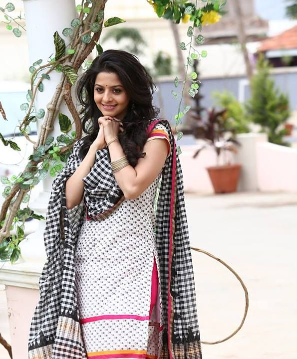 Vedhika in Black and White Cotton Salwar Kameez paired with checks black dupatta.
