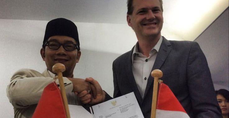 Walikota Bandung saat ini cukup sering diberitakan pergi keluar negeri untuk menjalin Kerjasama Kota Bandung dengan Luar Negeri untuk akselerasi pembangunan