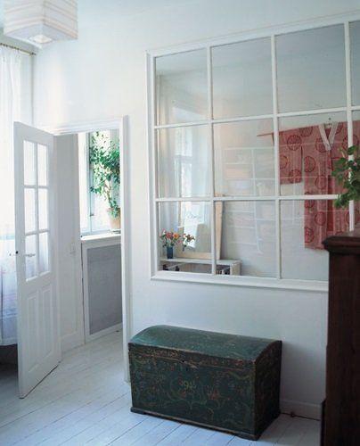 Find flotte gamle vinduer på www.genbyg.dk eller på loppemarkeder. Vinduer kan bestilles i mange mål i byggemarkeder.