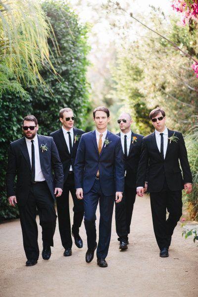 ¿Quieres un recuerdo divertido de tu boda? Mira estas fotos en grupo del novio con sus amigos.