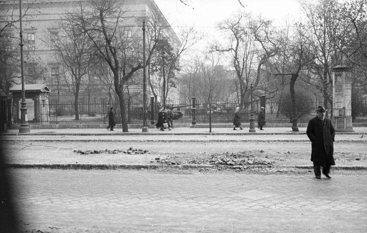 Múzeum körút, Nemzeti Múzeum, szovjet páncélosok a Múzeumkertben.