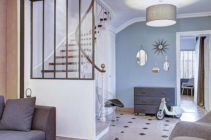 Verrière sur escalier - peinture murale bleu grisé
