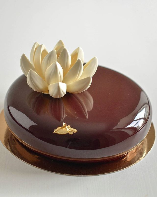 Chocolate flower/Lotus flower Обычно я не люблю повторяться с декором,но эклипс и цветок-это любоФь)))❤ #chocolateflower #lotus #lotusflower#eclipse #chocolate#chocolatedecoration#chocolatecallebaut#dessertmasters#beautifulcake #cake#gateau #entremets #dessert #brn#barnaul #барнаул