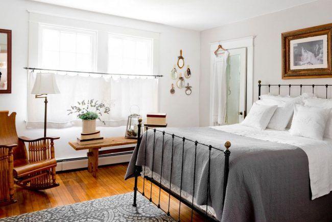 Короткие белые занавески в спальне стиля кантри