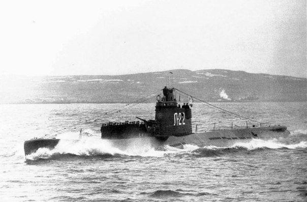 Советская подводная лодка Л-22 на параде Победы в Кольском заливе. 15 июня 1945 года.  Автор: Роберт Диамент.
