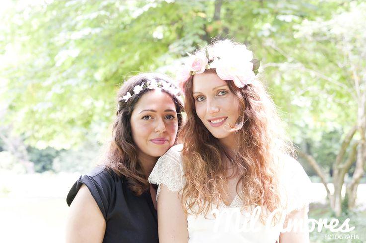 Retrato de la novia con su amiga en la celebración de la despedida de soltera Madrid.