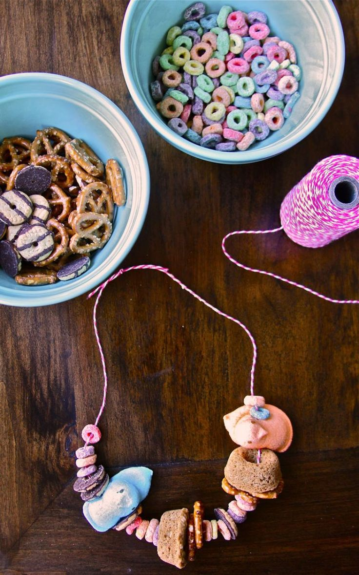 Toddler snack necklaces! Used to make this when I babysat as a teen - perfect for my niece!!