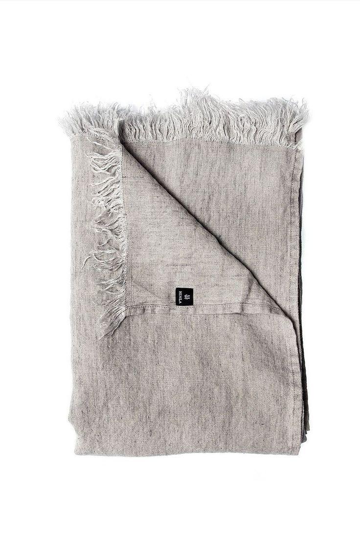 Levelin er en unikt fremstilt produkt for å vise alle de fantastiske måtene du kan bruke lin på. Lin er herlig mykt og har en kvalitet som gir pleddet en behagelig tyngde. Pleddet er produsert i 100% lin og kan brukes som duk, sengeteppe, pledd, draperi, gardin eller til å legge over sofaen. 100% lin. Vask 60°.