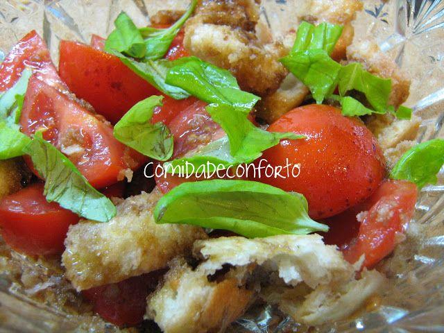Bifinhos de Frango Enrolados com Salada de Tomate e Pão