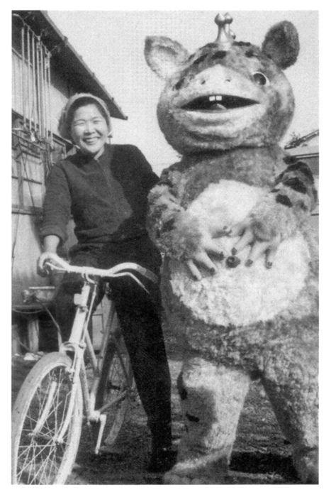 怪獣ブースカ (kaijyū Boosuka) lit. 'monster Boosuka', was a children's sitcom featuring the friendly monster on-aired 1966~1967, Japan. ★I never cared for other 特撮 (tokusatsu) heroes i.e. Ultraman series that were inorganic and targeting boys, but Boosuka was so adorable, I really wished I had him !! This might have been the pioneer of the well-beloved clumsy heroes i.e. Doraemon, Pokemon, etc. ☆男の子向けの無機質な宇宙的ヒーローは全く興味なかったけど、初めて欲しい!って思った地球外生物 (?) なお友達。ドラえもん的ゆるゆる愛されヒーローの走りだったのかも。