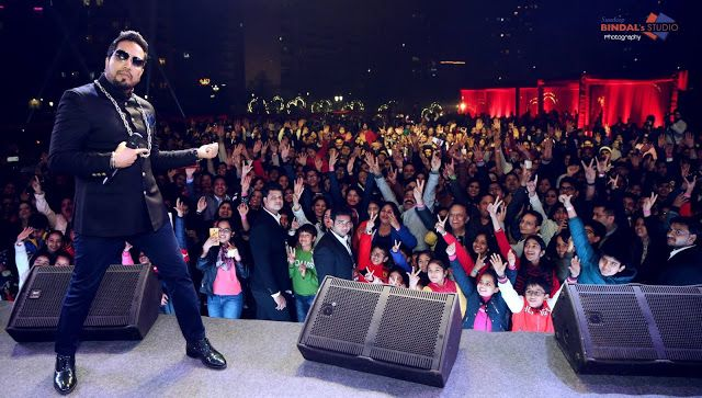 10 Best Photos of Mika Singh performance on the day of Christmas 2018 - Web Desk
