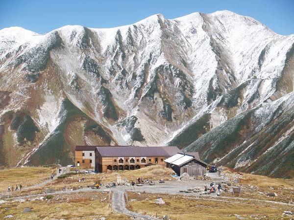 室堂山荘。手前の木造の建物は、重要文化財に指定されている日本最古の山小屋。背景は真砂岳 北アルプス登山ルートガイド。Japan Alps mountain climbing route guide