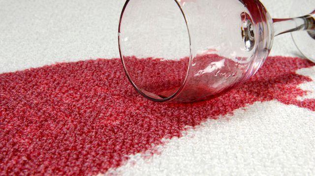 Les 3 erreurs à éviter pour enlever une tache de vin rouge