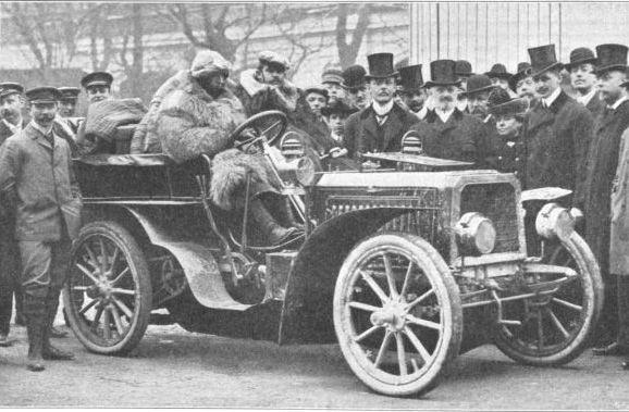 """Ettore Bugatti in Wien 1903-Vikipedi-Ettore Arco Isidoro Bugatti (15 Eylül 1881, Milano - 21 Ağustos 1947, Paris), İtalyan otomobil tasarımcısı. Fransa'nın Strasbourg kenti yakınlarında Molsheim'da üretim yapmış ve Dorlisheim'da defnedilmiştir. 1915'te ilk otomobili olan Bugatti 320'yi halka tanıttı.1923'te Type 55 modelini halka sundu.1926 yılında yeni bir model 5005 Corsa'yı geliştirdi. Ardından Le Mans'ta yarışan Bentley'ler için """"Bunlar Dünya'nın en hızlı kamyonlarıdır."""" demiştir. -1903"""
