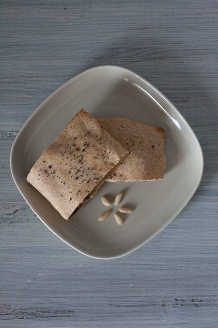 Strudel di mele integrale fatto in casa. Lo strudel di mele è un dolce ripieno tipico dei Paesi di lingua tedesca e dell'Alto Adige. La preparazione tradizionale dello strudel prevede di unire alle mele dell'uvetta, dei pinoli e della cannella. Per una versione alternativa, potrete sostituire le mele con le pere, oppure l'uvetta con delle gocce di cioccolato. Ecco tutti gli ingredienti necessari per preparare un ottimo strudel di mele fatto in casa per 6-8 persone.